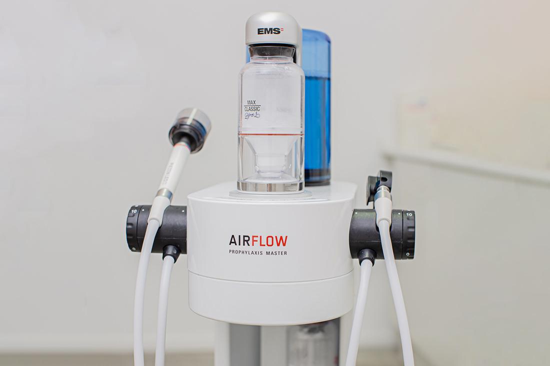Zahnärztin Neuss - Sarem-Aslani - Air-Flow® in unserer Praxis
